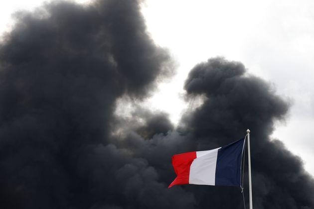Le nuage de fumée né de l'incendie de l'usine Lubrizol continue d'inquiéter habitants...