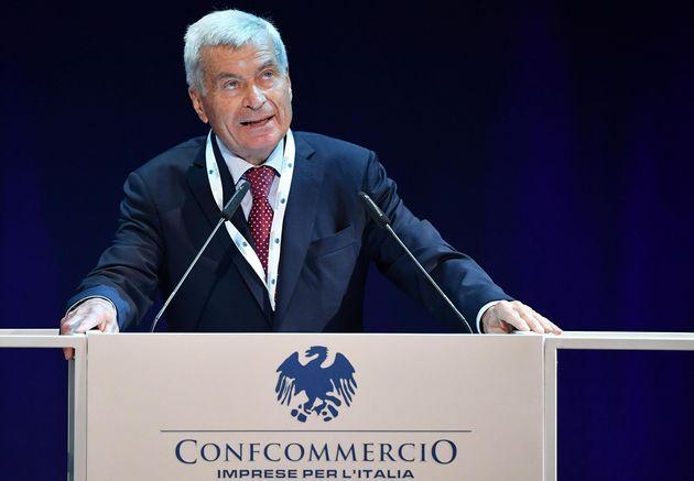 l presidente di Confcommercio, Carlo Sangalli, durante un'assemblea di