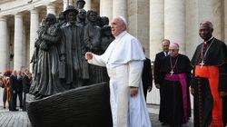 Una statua per i migranti a Piazza San Pietro. Il Papa:
