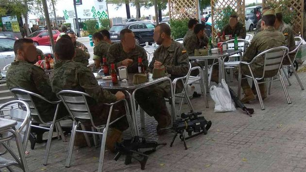 Imagen de los militares tomando cervezas con sus armas en el