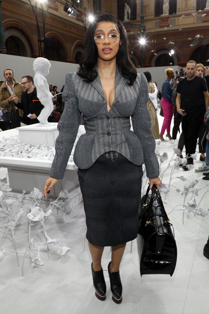 Cardi B (ici le 29 septembre dans la capitale) a choisi la tenue parfaite pour éviter les photographe à Paris