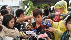 香港デモ支援の集会で、歌手の頭上に赤いペンキ。それでも動じず「決して恐れず、引き下がりません」