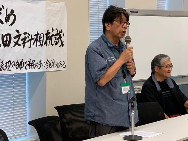 集会でスピーチする森達也さん