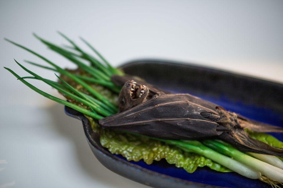 Τα συστατικά για μια σούπα από νυχτερίδα και λαχανικά. Τρώγεται στο Γκουάμ.