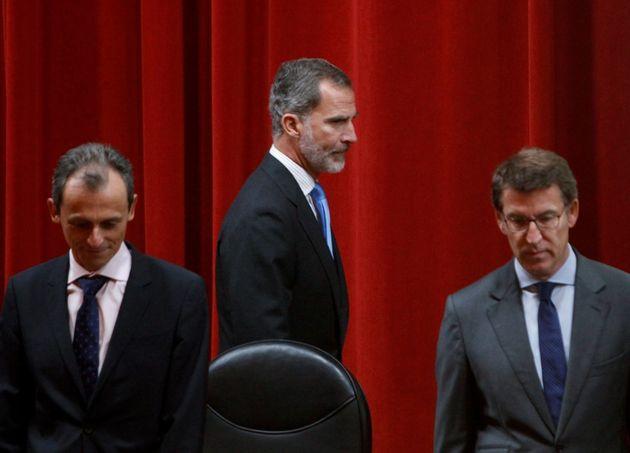 El rey Felipe VI acompañado por el presidente de la Xunta, Alberto Núñez Feijóo (d), y el ministro de...