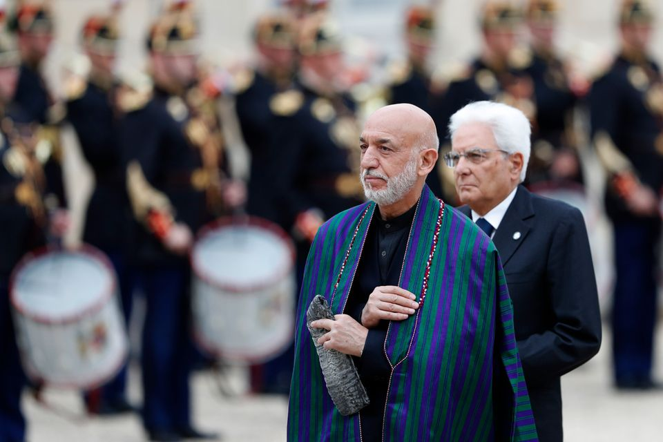O πρώην πρόεδρος του Αφγανιστάν, Χαμίντ Καρζάι φτάνει στο Σανζ Ελιζέ στο Παρίσι αφού πρώτα απέτισε φόρο τιμής στον πρώην Γάλλο πρόεδρο Ζακ Σιράκ