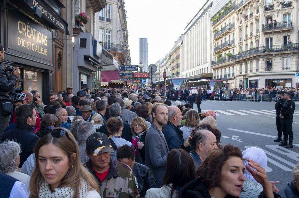 Πλήθος κόσμου συγκεντρωμένο στους κεντρικούς δρόμους απ' όπου θα περάσει η σορός του Ζακ Σιράκ