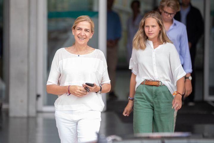 Irene Urdangarin y de Borbón junto a su madre, la infanta Cristinta saliendo del hospital Quirón el pasado mes de agosto tras ver al rey Juan Carlos.
