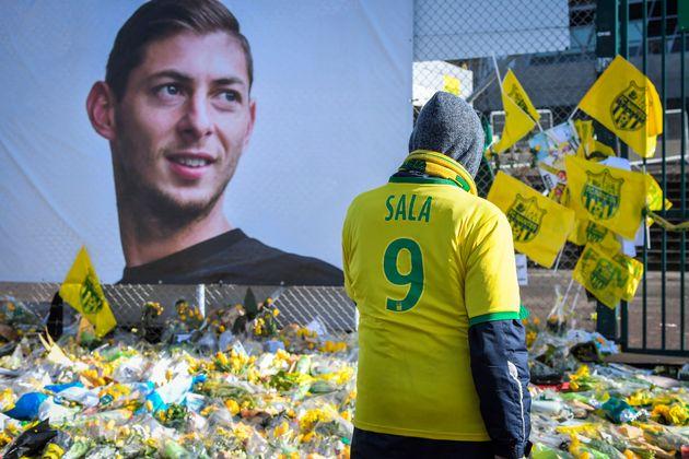 Hommage à Emiliano Sala devant le stade de la Beaujoire à Nantes, début février