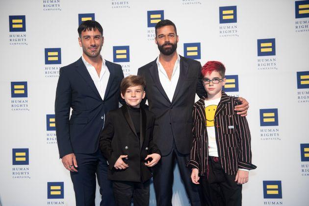 Jwan Yose (à esq). Ricky Martin, e os gêmeosValentino e Matteo.