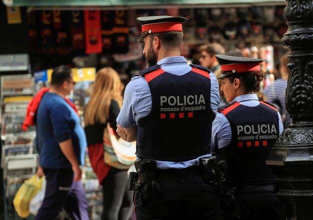 Imagen de archivo de una pareja de mossos d'esquadra en
