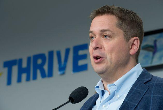 Le chef conservateur Andrew Scheer fait une annonce lors d'un arrêt à Whitby, en Ontario,...