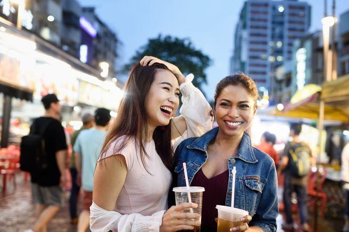 Veja como fazer amigos enquanto viaja sozinho.