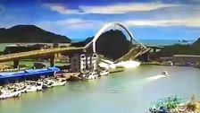 Menjulang Arch Jembatan Di Taiwan Runtuh Ke Dalam Air, Menghancurkan Kapal-Kapal Di Bawah