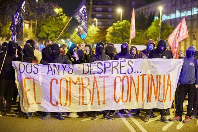 Unos 300 independentistas se han concentrado a primera hora de esta mañana frente al cuartel de...