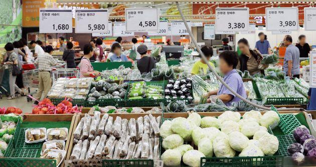 서울 시내의 한 마트에서 시민들이 채소를 고르고