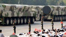 Parata di missili in Cina e lacrimogeni a Hong