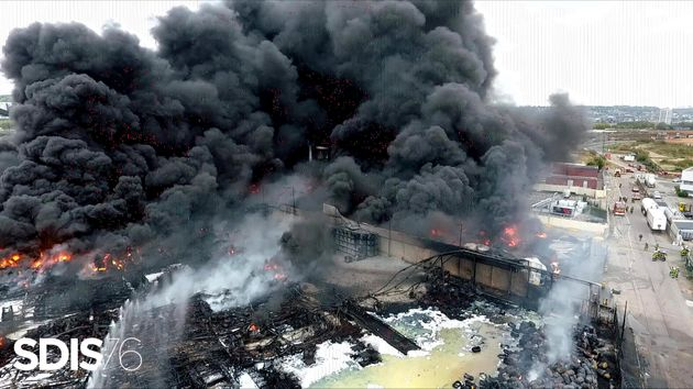 Vue de l'usine Seveso de Lubrizol en flammes, le 26 septembre