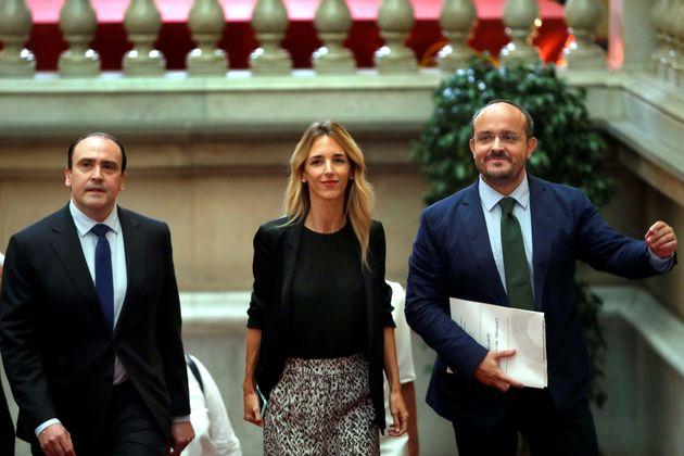 La portavoz del PP en el Congreso de los Diputados, Cayetana Álvarez de Toledo (c), acompañada de los...