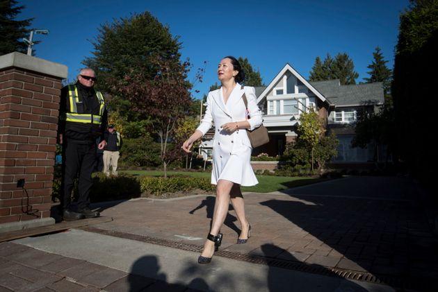Meng Wanzhou, en libertad condicional y con arresto domiciliario parcial, sale de su vivienda hacia los...