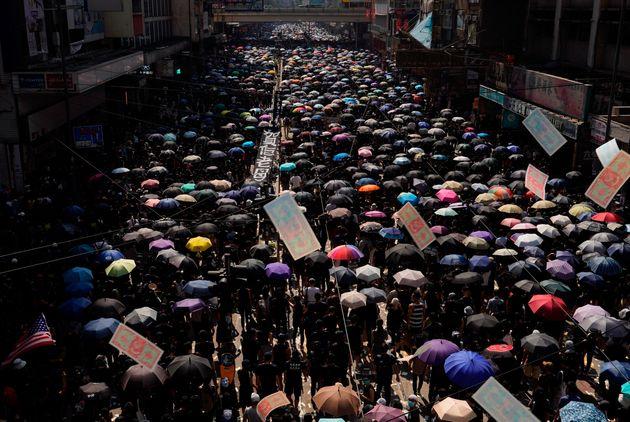 Οργή, διαδηλώσεις και πυρά στο Χονγκ Κονγκ μετά τη μεγάλη παρέλαση στο