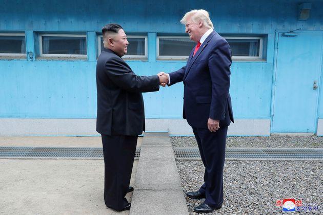 Donald Trump shakes y Kim Jong Un se saludan, el pasado 30 de junio, en la zona desmilitarizada que separa...