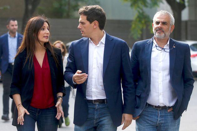 El presidente de Ciudadanos, Albert Rivera (c),acompañado por la portavoz del partido, Lorena Roldán...