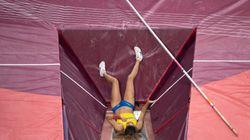 A esta mujer se le parte la pértiga en pleno salto y su reacción le hace batir el récord de su