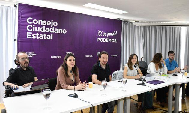 El secretario general de Podemos, Pablo Iglesias (c), la portavoz parlamentaria, Irene Montero (2i),...