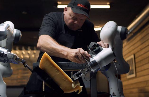 Le robot raclette s'adapte à la taille et la disposition du fromage pour le faire couler dans...
