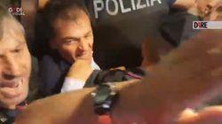 Polizia sfonda cordone di lavoratori, resta ferito Stefano