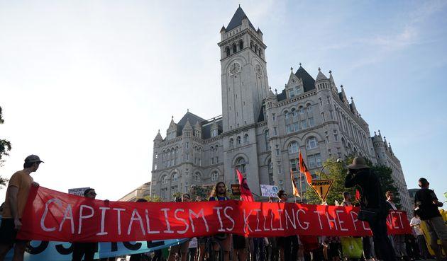 Des manifestants pour le climat devant le Trump International Hotel de Washington le 27