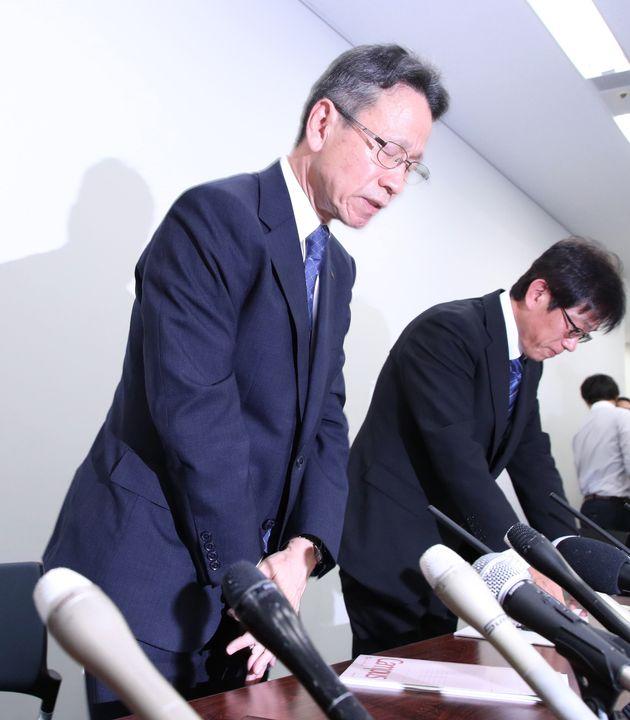 記者会見で頭を下げる関西電力の岩根茂樹社長(左)=27日、大阪市北区