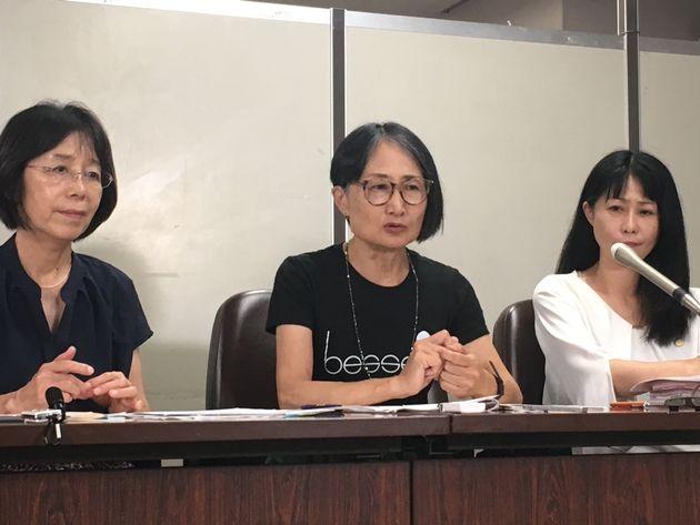 記者会見する恩地いづみさん(中央)と弁護団