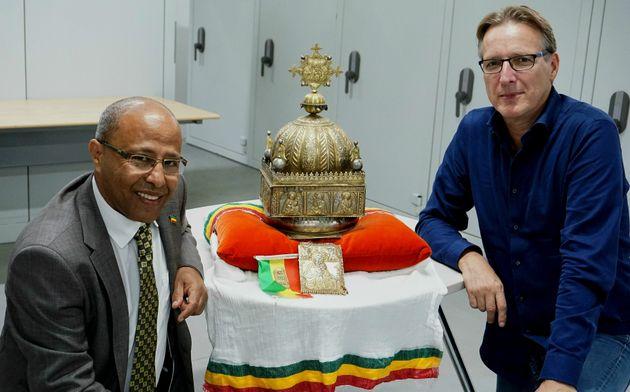 Sirak Asfaw (à gauche) et l'expert d'art Arthur Brand (à droite) entourant la couronne