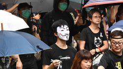 La rabbia di Hong Kong dopo lo sparo della polizia. In piazza maschere di Guy Fawkes e colletti