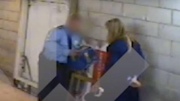 Pantallazo del vídeo en el que Cifuentes es retenida por el robo de dos