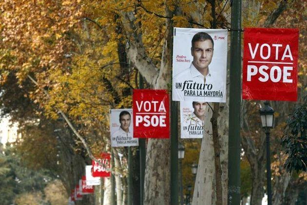 Carteles electorales en el Paseo del Prado de Madrid durante una campaña electoral. EFE/Kiko