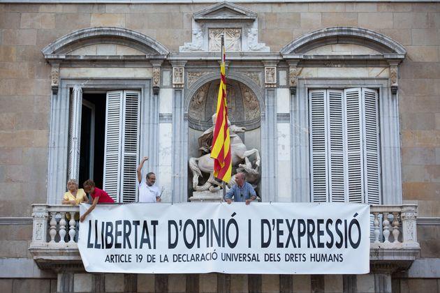 El presidente catalán, Quim Torra, junto a la pancarta en defensa de los políticos