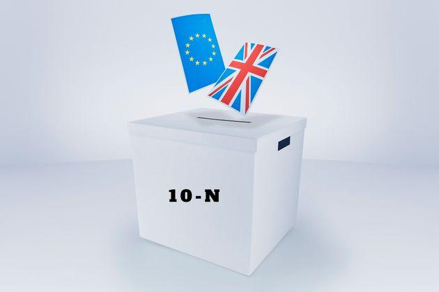 Urna electoral con las banderas de Reino Unido y la Unión