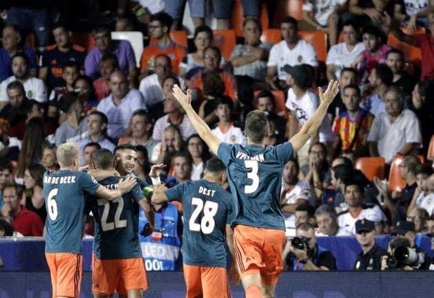 El centrocampista holandés del AFC Ajax, Hakim Ziyech celebra con sus compañeros, su gol...