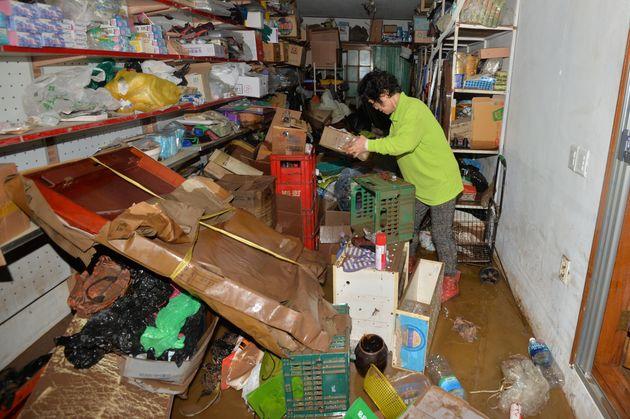 3일 경북 영덕군 강구면 강구시장 인근 상인이 태풍 미탁이 쏟아부은 물폭탄에 침수된 상품들을 정리하고