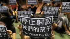 ティーン人抗議者たちを胸による香港警察の顔刑事訴