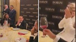 Berlusconi racconta la barzelletta dell'asino. Diverte e imbarazza Francesca Pascale