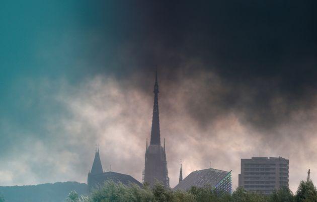 Le nuage de fumée au dessus de Rouen pendant l'incendie de l'usine