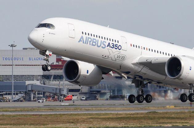 Un avión Airbus A350 despega de la factoría de la compañía en Toulouse, Francia,...