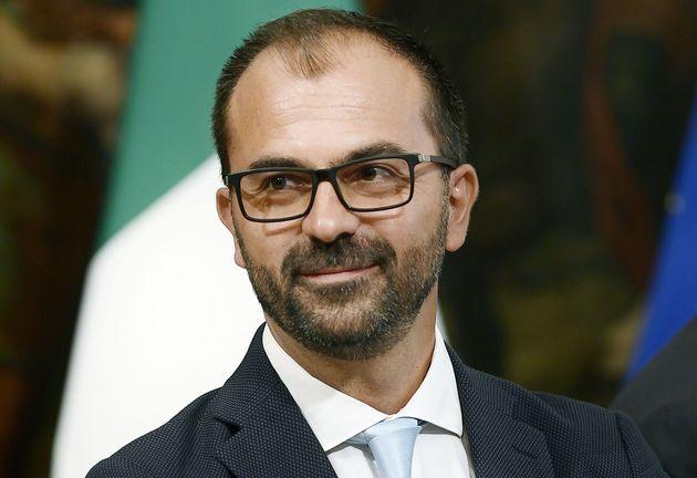 Bufera su Fioramonti per alcuni tweet. Meloni chiede le dimissioni, per Lega e Pd deve