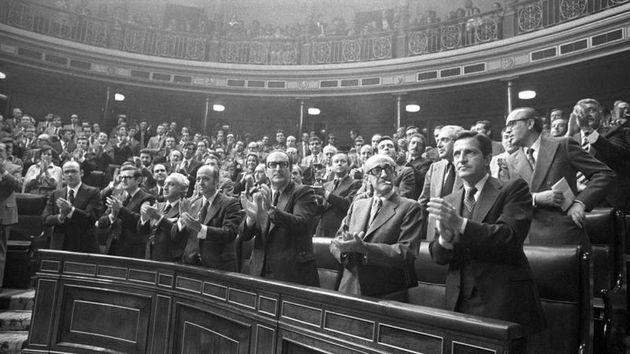 Miembros del Gobierno de Adolfo Suárez aplauden, de pie, tras haber sido aprobada la proposición de Ley...