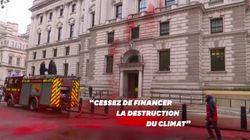 Des militants écolos aspergent le ministère britannique des Finances de faux