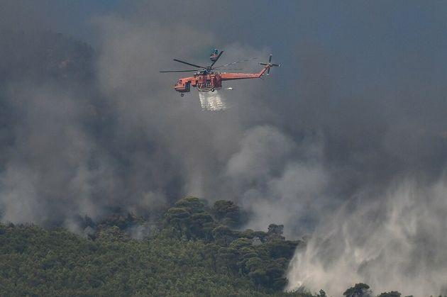 Μεγάλη φωτιά στον Βαρνάβα κοντά σε κατοικημένη